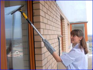 девушка убирает балкон