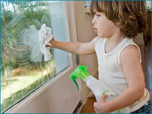 Ребенок моет окна