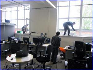 Люди убираются в офисе наводят порядок и уборку