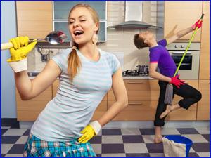 Девушка и парень убирают квартиру быстро и весело