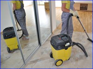 Моющий пылесос и сотрудник убирает офис и офисное помещение