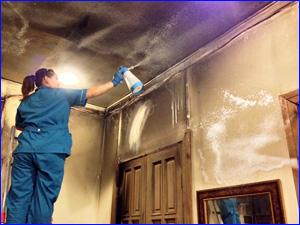 Девушка из клининговой компании убирает квартиру после пожара