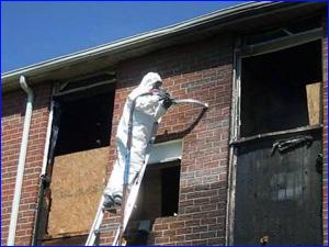 Компания убирает коттедж после пожара