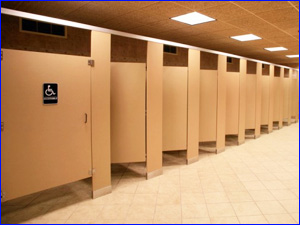 Профессиональная уборка сантехнических кабинок и туалетов