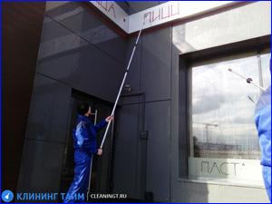 Клининговая компания чистит и убирает фасад кафе и ресторан