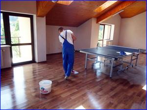 Клининговая компания убирает большую комнату и холл в частном доме
