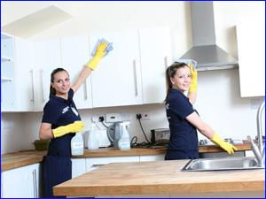 Девушки убираются на кухне в квартире