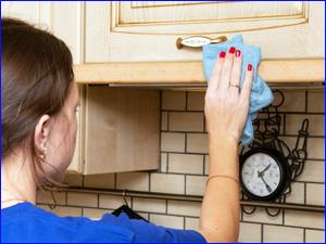Влажная уборка на кухне в квартире