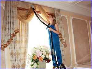 Девушка убирает шторы и гардины в квартире