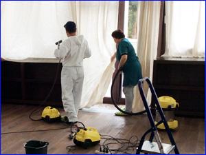 Сотрудники клининга убираются в доме