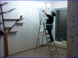 Мойка и протирание люстры в комнате