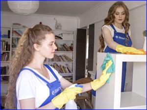 Сотрудники клининга делают влажную уборку квартиры