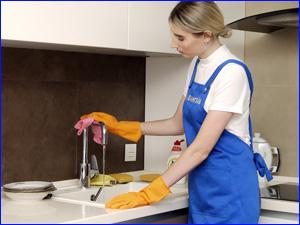 Клинер наводит генеральную уборку на кухне