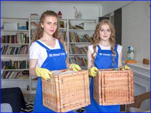 Девушки делают генеральную уборку в частном загородном доме
