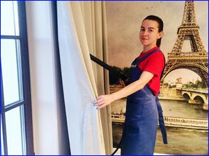 Клинер чистит штору на дому
