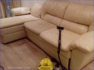 Светлый кожаный диван и пылесос