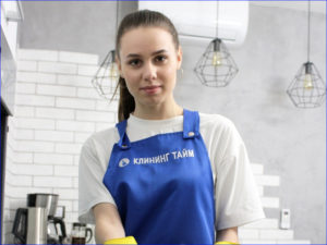 Сотрудница убирается на кухне