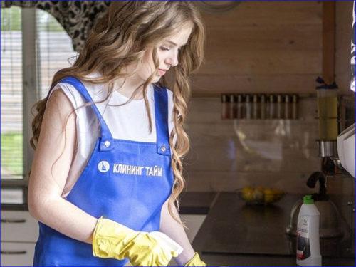 Клинер чистит столешницу на кухне