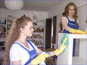 Девушки убирают квартиру от пыли