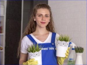 Девушка поливает цветы